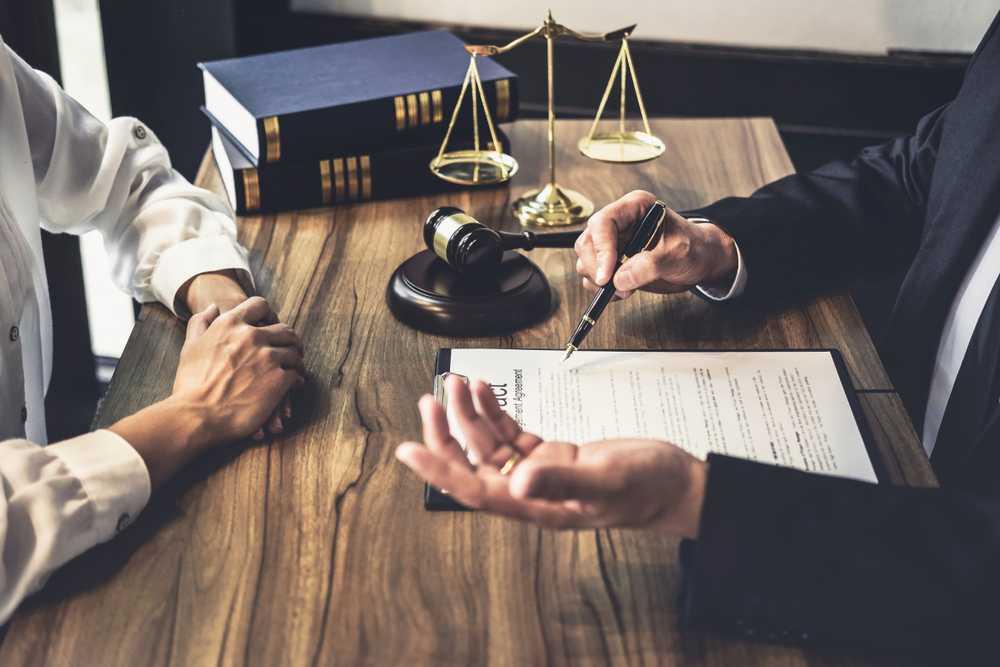 Prawnik omawia zklientem kwestie zachowku
